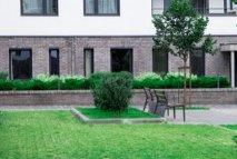 新建筑的外立面装饰着古典元素。 大型无尽的停车设施直接位于您的垫子上。 绿色庭院